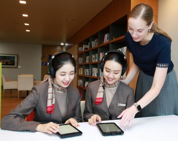 ▲아시아나항공 캐빈승무원들이 인공지능 프로그램 'AI튜터'를 활용해 영어회화 교육을 받고 있다. 사진제공=아시아나항공