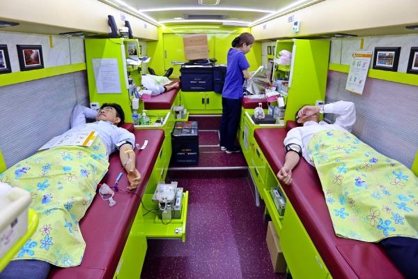 ▲신동아건설 임직원들이 '사랑의 헌혈' 행사에 참여해 헌혈을 하고 있다.(사진 제공=신동아건설)