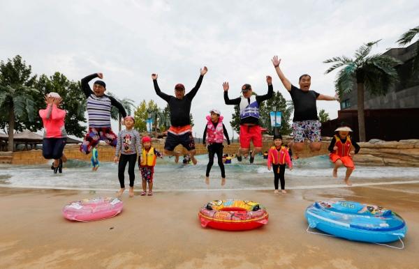 ▲대림산업 '힐링캠프' 행사에 참가한 직원 가족들이 스파 시설에서 함께 물놀이를 하고 있다.(사진 제공=대림산업)