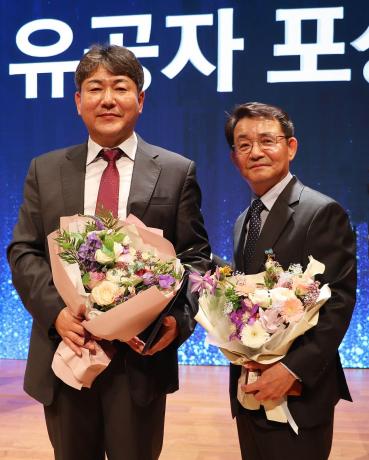 ▲위니아딤채 김영찬 제어개발담당(좌) 및 위니아대우 박종문 품질경영실장 (사진제공=위니아딤채)