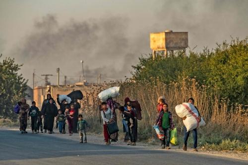 ▲터키와 국경을 접한 시리아 북동부의 라스 알아인 마을이 9일(현지시간) 터키군의 공습을 받아 검은 연기가 피어오르는 가운데 민간인들이 피난길에 나서고 있다. 터키군은 이날 시리아 북동부의 쿠르드족 무장세력을 제거하기 위한 '평화의 샘' 작전을 개시했다. 라스 알아인/AFP연합뉴스