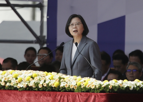 ▲차이잉원 대만 총통이 10일(현지시간) 건국기념일인 '쌍십절' 기념행사에서 연설하고 있다. 타이베이/AP뉴시스