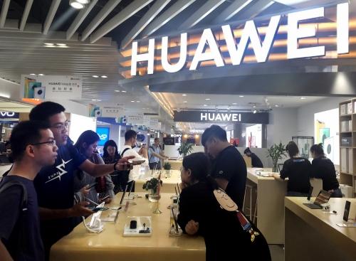 ▲중국 베이징의 한 매장에서 고객들이 화웨이의 최신 스마트폰을 살펴보고 있다. 베이징/UPI연합뉴스