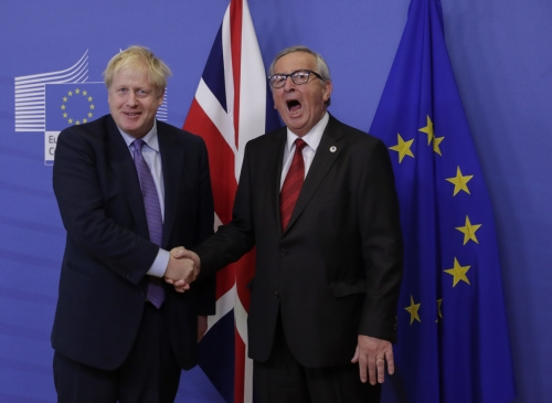 ▲보리스 존슨 영국 총리와 장클로드 융커 EU 집행위원장이 17일(현지시간) 벨기에 브뤼셀에서 브렉시트 초안에 합의한 후 가진 기자회견에서 악수하고 있다. 브뤼셀/EPA연합뉴스