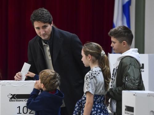 ▲쥐스탱 트뤼도 캐나다 총리가 21일(현지시간) 몬트리올의 한 투표소에서 자신의 가족이 지켜보는 가운데 투표함에 표를 넣고 있다. 집권 자유당이 이번 총선에서 승리하면서 트뤼도는 재집권하게 됐다. 그러나 자유당은 과반 의석 확보 실패로 연정이 불가피하다. 몬트리올/AFP연합뉴스