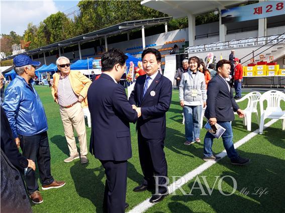 ▲원희룡 제주도지사가 참석자들을 격려하고 있다(사진=홍지영)