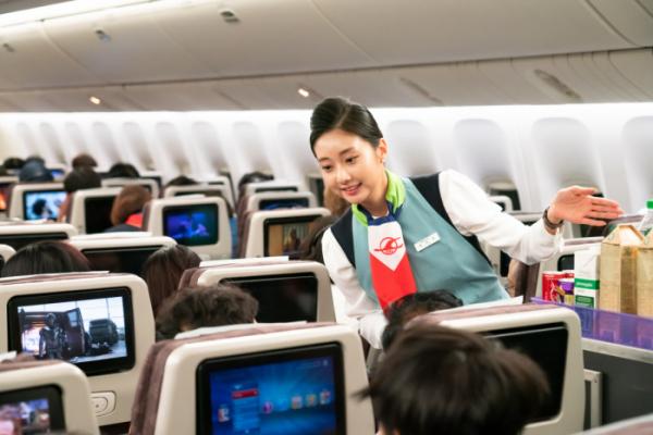▲창사 50주년 기념 항공기인 KE683편에서 객실승무원들이 역대 유니폼을 입고 기내 서비스를 하는 모습. (사진제공=대한항공)