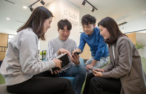 ▲삼성전자-서울대 공동연구소에 위치한 C랩 라운지에서 C랩 과제원들이 아이디어를 교류하고 있다. (사진제공=삼성전자)