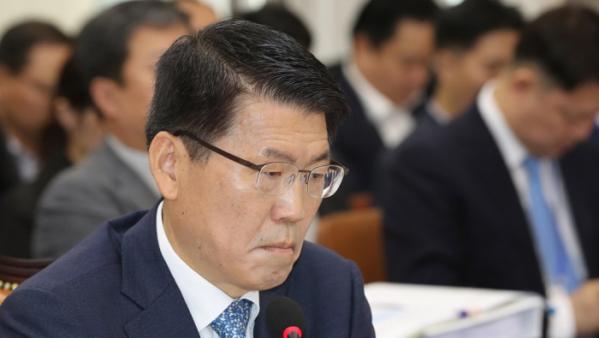 ▲4일 은성수 금융위원장이 국회에서 열린 정무위 국정감사에서 의원질의를 듣고 있다.(연합뉴스)