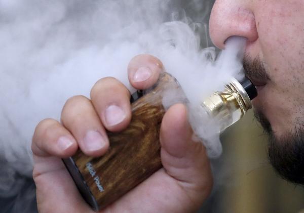 ▲영국 런던에서 한 남성이 액상형 전자담배를 피고 있다. 런던/AP뉴시스