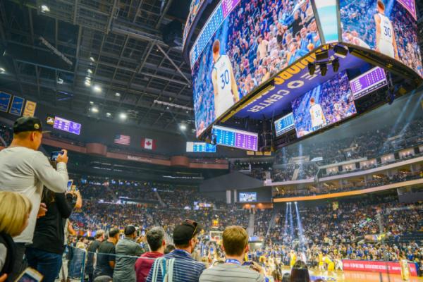 ▲삼성전자는 미국 프로 농구팀 '골든 스테이트 워리워스'의 홈경기장인 '체이스 센터'에 초대형 LED 스크린을 포함한 스마트 사이니지를 대거 설치했다.  (사진제공=삼성전자)