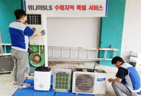 ▲위니아SLS 직원이 태풍 '미탁'으로 피해를 입은 가정에 무상수리를 실시하고 있다. (사진제공=위니아SLS)