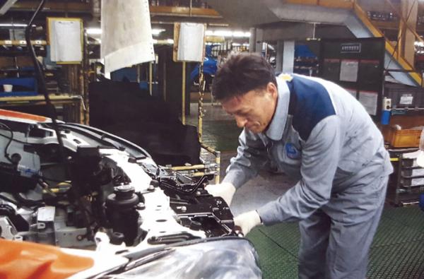 ▲국내 자동차 생산 공장에서 자동차 조립 작업 참여.