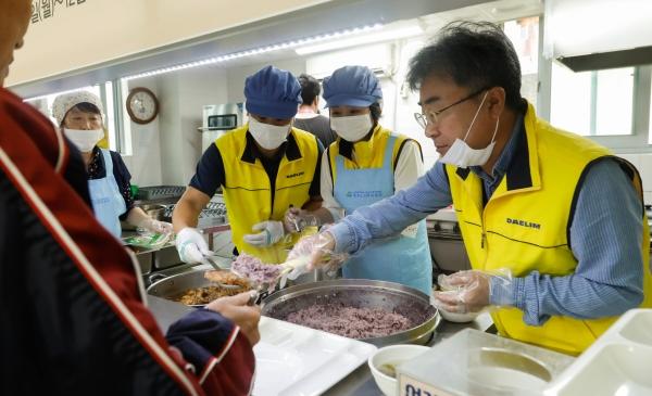 ▲대림산업 직원들이 지난 7일 서울 용산구 청파노인복지센터를 찾아 점심 배식 봉사활동을 펼치고 있다.(사진 제공=대림산업)