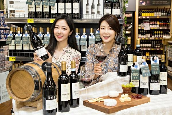 ▲홈플러스 강서점에서 모델들이 '베리 브라더스 앤 러드(Berry Bros & Rudd,  이하 BB&R)' 이탈리아 대표 프리미엄 와인 3종을 선보이고 있다.