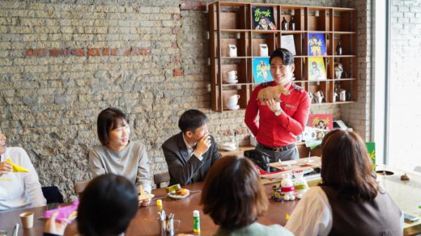 ▲10일 서울 마포구 서교동 앤트러사이트 카페에서 소방관들이 티웨이항공에서 준비한 커피문화 클래스와 승무원과 함께하는 종이접기 강좌를 통해 특별한 시간을 보냈다. (사진제공=티웨이항공)