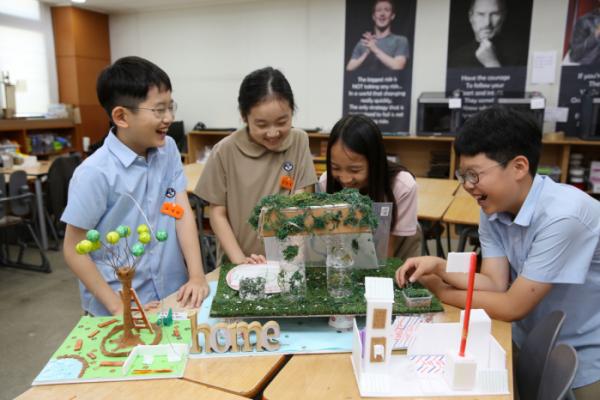 ▲학교를 변화시킬 수 있는 나만의 아이디어를 나타낸 작품을 만들고 있는 학생들의 모습.