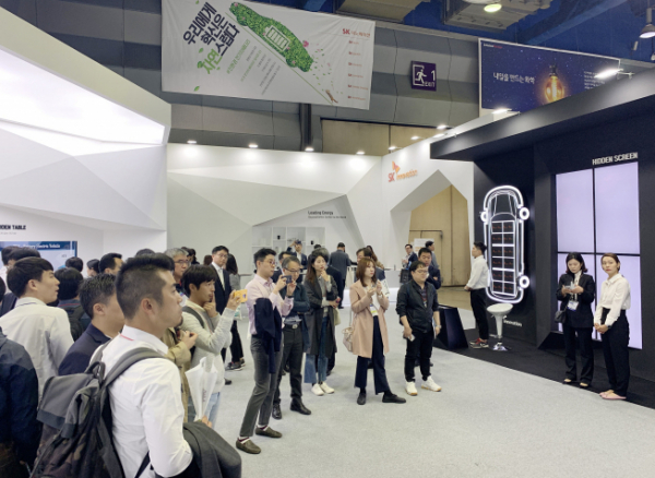 ▲SK이노베이션이 16일부터 18일까지 서울 삼성동 코엑스에서 열리는 '인터배터리 2019' 전시에 참가해, 미래 성장동력인 배터리 사업을 알린다. 관람객들이 SK이노베이션 부스를 살펴보고 있다.(사진제공=SK이노베이션)