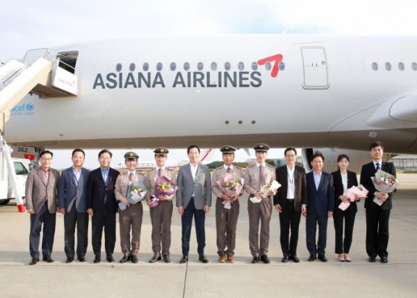 ▲16일 오후 인천국제공항에서 진행된 A350 10호기 도입행사에서 아시아나항공 한창수 사장(왼쪽에서 6번째)과 임직원들이 기념사진을 찍고 있다. (사진제공=아시아나항공)