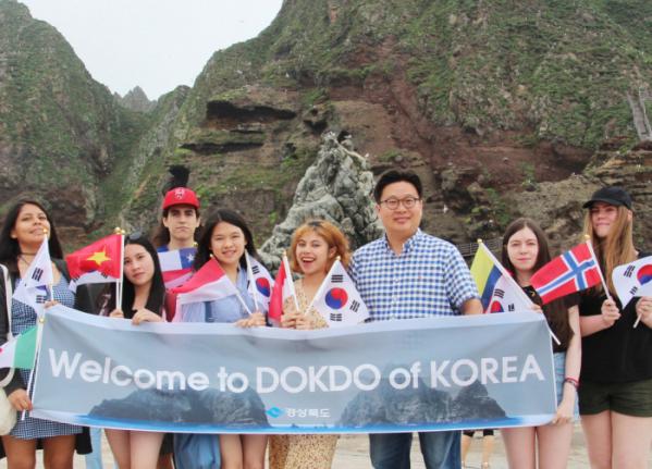 ▲지난 6월말 외국인 대학생들을 선발하여 독도 홍보 프로젝트를 펼친후 찍은 단체사진(사진제공=서경덕 교수)