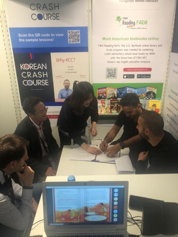 ▲지난 16일에 개막한 '프랑크푸르트 도서전(Frankfurt Book Fair)' 현장에서 YBM넷과 ENA Education을 대표하는 관계자들이 업무협약서에 서명을 하고 있다. (사진제공=YBM넷)