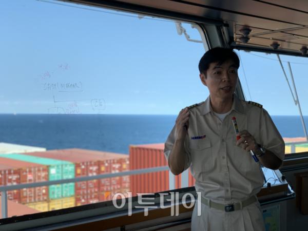 ▲배의 전반적인 안전 및 운항 전략에 대해 상세하게 설명하고 있는 김종대 'HMM블레싱호' 선장이 운항 전 반드시 체크해야하는 감항성에 대해 강조하고 있다. 하유미 기자 jscs508@