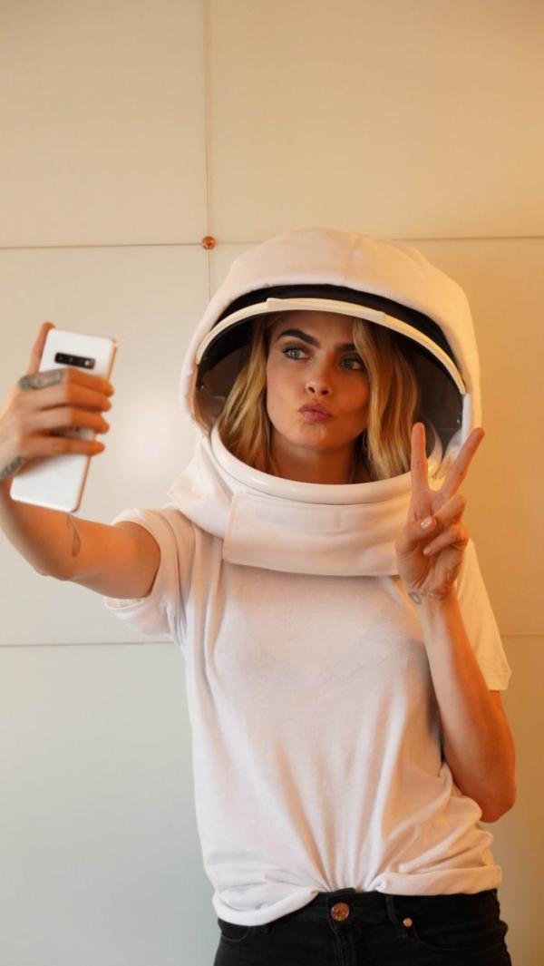 ▲영국 모델 겸 영화배우 카라 델레바인이 우주에 있는 갤럭시S10 5G에 전송될 셀피 사진을 촬영하고 있다. 우주에 있는 갤럭시S10 5G에 전송되는 이 사진은 다른 카메라를 통해 지구 배경 셀피를 완성할 예정이다. (출처=삼성전자 영국 뉴스룸)