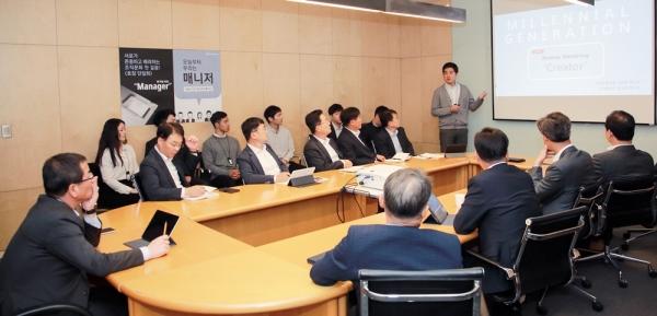 ▲HDC현대산업개발은 21일 올해 신입사원과 권순호 대표이사 등이 참석한 가운데 '1인 방송과 크리에이터' 등 다양한 주제에 대해 역멘토링을 진행했다. (사진제공=HDC현대산업개발)