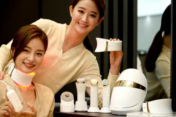 ▲여성 모델들이 목 부위 피부 관리기기인 'LG 프라엘 더마 LED 넥케어' 제품을 소개하고 있다.   (사진제공=LG전자)