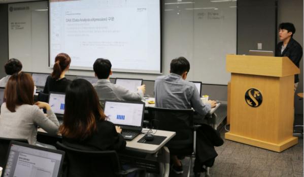 ▲오렌지라이프 임직원들이 데이터분석 교육을 받고 있다. (사진제공=오렌지라이프)