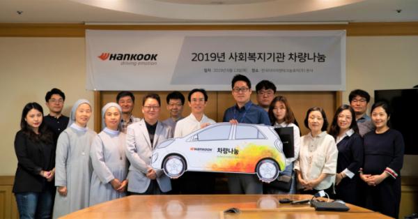 ▲한국타이어나눔재단이 6월 13일 주최한 '2019 사회복지기관차량나눔' 차량전달식에서 조현범 한국타이어앤테크놀로지 대표(왼쪽에서 8번째)가 관계자들과 기념사진을 찍고있다.  (사진제공=한국타이어)