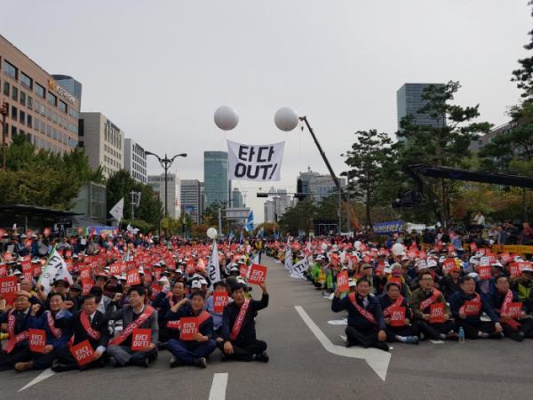 ▲23일 서울 국회의사당 앞에서 열린 '타다 OUT! 상생과 혁신을 위한 택시대동제'에 참석한 택시운전사들이 타다 규탄 구호를 외치고 있다.  (조성준 기자 tiatio@)