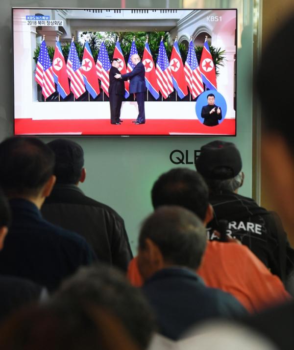 ▲사상 처음으로 열렸던 북미정상회담에서 도널드 트럼프 미국 대통령과 김정은 북한 국무위원장이 악수를 나누는 모습. (이투데이DB)
