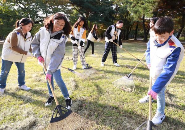 ▲26일 아시아나항공 '문화재 지킴이' 활동에 참여한 임직원과 자녀들이 서울 창경궁에서 환경 정화 활동을 펼치고 있다.  (사진제공=아시아나항공)