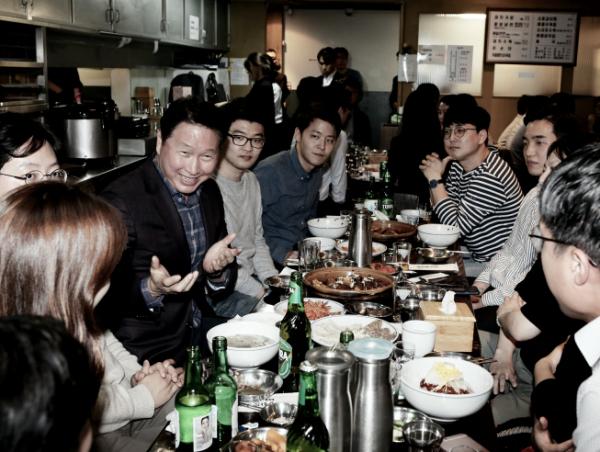 ▲최태원 SK그룹 회장이 28일 서울 광화문 인근의 한 대중음식점에서 저녁식사를 겸한 번개 행복토크를 열고 구성원들과 담소를 나누고 있다. (사진제공=SK그룹)