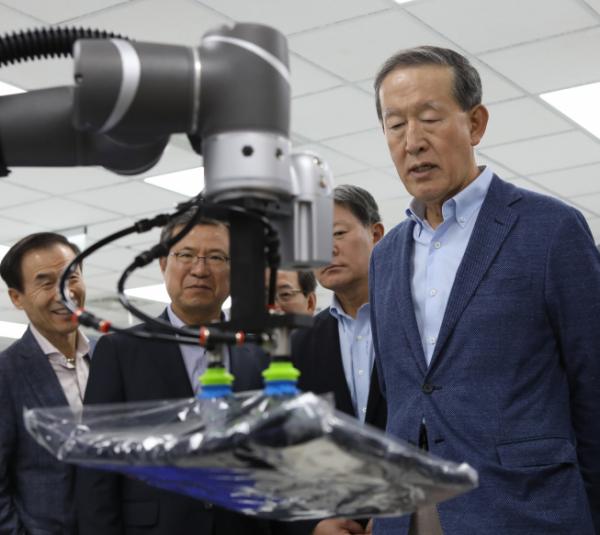 ▲GS 허창수 회장이 30일부터 이틀간 대만에서 열린 사장단회의에 참석해 대만 혁신 기업인'TM로봇'을 방문하고 로봇 시연을 관람했다. (사진제공=GS)