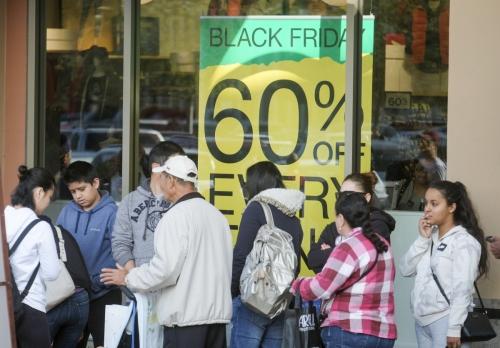 ▲미국 로스앤젤레스(LA)의 한 의류매장에서 지난해 11월 23일(현지시간) 블랙프라이데이 기간 쇼핑객들이 줄을 서 매장으로 들어가고 있다. LA/신화뉴시스