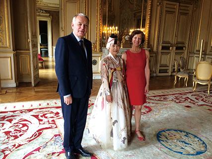 ▲전 프랑스 외교부 장관인 장 마르크 에호 씨와 부인 브리지트 에호 씨는 손 작가의 작품에 푹 빠진 팬이다.