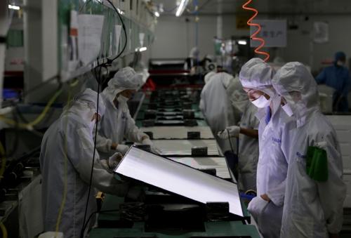 ▲중국 선전시에 있는 한 공장에서 직원들이 근무하고 텔레비전 생산 라인을 바라보고 있다. 로이터연합뉴스