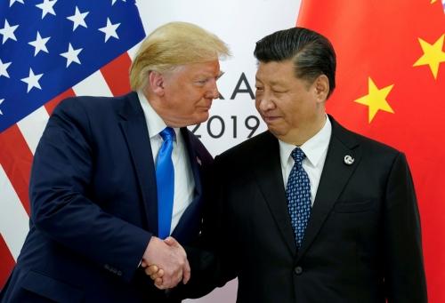 ▲도널드 트럼프(왼쪽) 미국 대통령이 6월 일본 오사카에서 열린 주요 20개국(G20) 정상회의에서 시진핑 중국 국가주석을 만나 악수하고 있다. 오사카/로이터 연합뉴스.