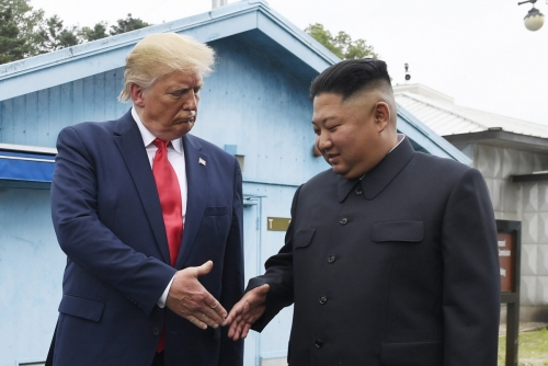 ▲도널드 트럼프(왼쪽) 미국 대통령이 6월 30일 판문점에서 김정은 북한 국무위원장과 악수하고 있다. AP뉴시스