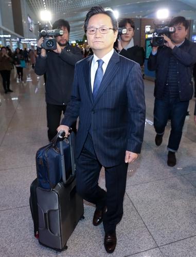 ▲세계무역기구(WTO) 한일 양자협의 수석대표인 정해관 산업부 신통상질서협력관이 18일 인천공항에서 출국장으로 향하고 있다. 한국과 일본은 19일 스위스 제네바에서 일본 수출규제 관련 2차 양자협의를 진행할 예정이다. (연합뉴스)