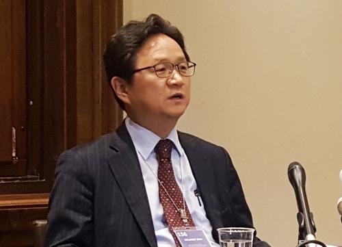 ▲한일 간 2차 양자 협의의 한국 측 수석 대표인 정해관 산업통상자원부 신통상질서협력관이 19일(현지시간) 스위스 제네바 세계무역기구(WTO) 본부에서 언론 브리핑을 열고 협의 결과를 설명하고 있다.  (연합뉴스)