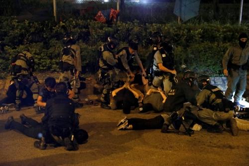 ▲19일(현지시간) 홍콩이공대 탈출을 시도하던 시위대가 경찰에 제압되고 있다. 홍콩/로이터연합뉴스