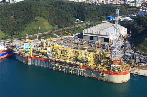 ▲현대중공업이 2008년 2월 프랑스 토탈로부터 수주해 2010년 건조를 완료한 세계 최대 규모의 부유식 원유생산저장하역설비(FPSO).