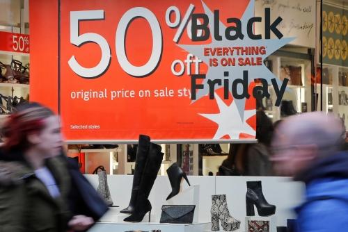 ▲영국 런던 옥스포드에 있는 한 상점에 블랙프라이데이 할인 광고가 붙어 있다. 런던/AFP연합뉴스