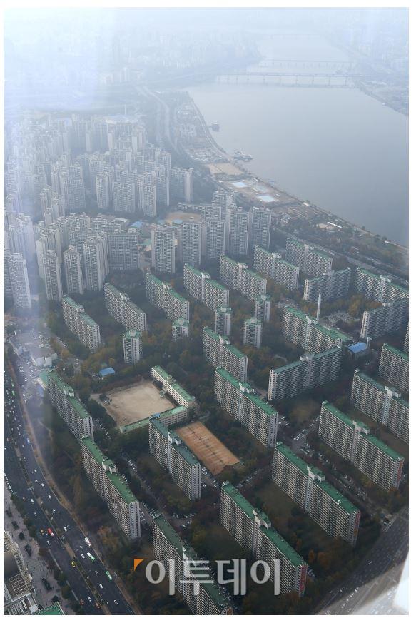 ▲정부는 '서울 지역 실거래 관계기관 합동조사'를 통해서 올해 8~9월에 신고된 공동주택 거래 2만8140건 가운데 '부동산거래신고법'을 위반한 것으로 의심되는 거래 2228건을 적발했다. 사진은 서울 송파구 잠실동 일대에 들어선 아파트 밀집지역 전경. 신태현 기자 holjjak@