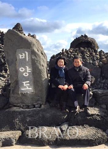 ▲비양도 소원 성취 의자에서 작가 부부의 모습(홍지영 동년기자)