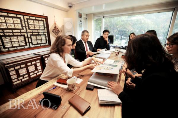 ▲실그림 작품을 통해 한국 문화에 취한 갈리마르 출판사 프로젝트 팀들은 손인숙 작가의 작품집이 프랑스에서 유일한 베스트셀러로 탄생할 거라는 설렘을 안고 돌아갔다.