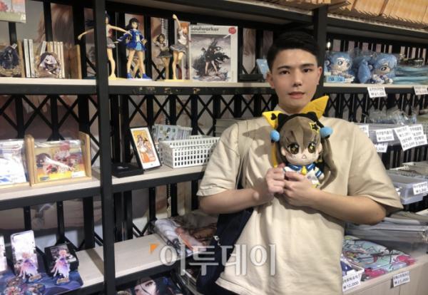 ▲반듯한 포마드에 훈훈한 대학생인 김건우(24) 씨. 애니메이션 상품을 팔고, 실내가 꾸며진 한 카페에서 그를 만났다.  (홍인석 기자 mystic@)